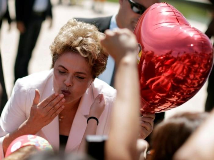 Dilma Rousseff manda beijos para apoiadores durante sua saída do Palácio do Planalto, em Brasília (Foto: Ueslei Marcelino/Reuters)