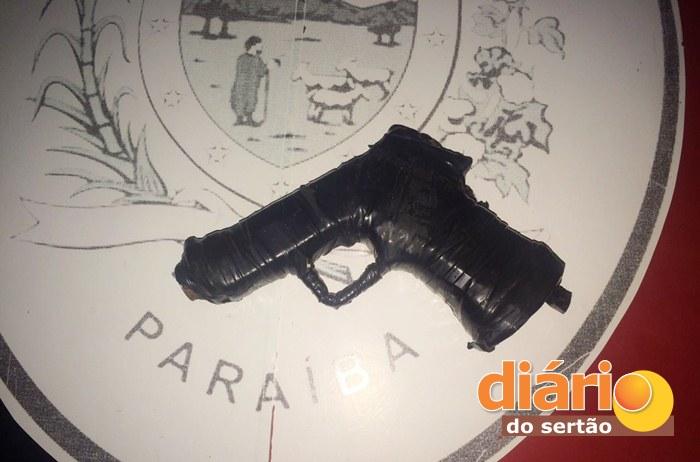 Arma apreendida com os acusados (foto: divulgação/PM)