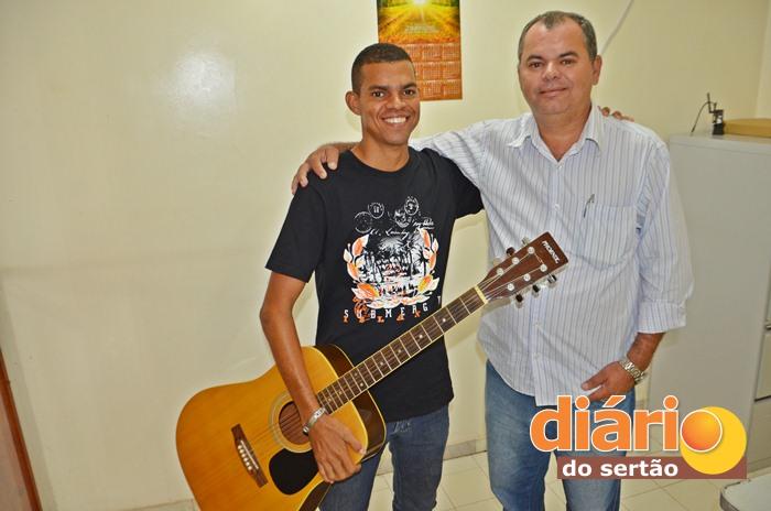 Paulinho ao lado do gestor da ARADEQ, Valmir Brito (foto: Charley Garrido)