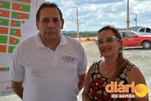Engenheiro Alexandre Costa ao lado de Inês Claudino, neta de Joca Claudino, patriarca da família Claudino que dá nome ao loteamento