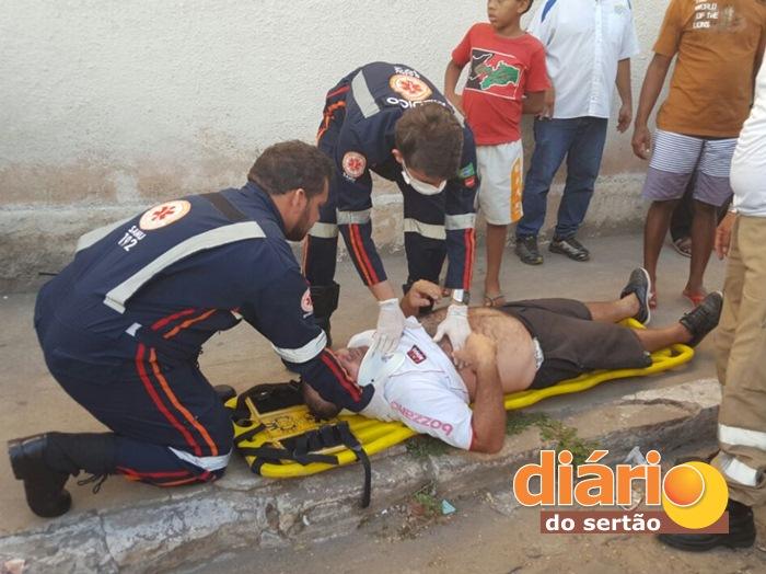 Vítima recebendo atendimento do SAMU (foto: João Fábio)