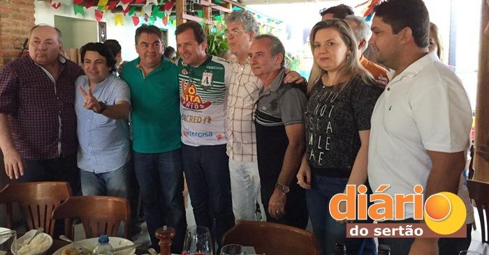 Governador ao lado dos pré-candidatos a prefeito de Sousa (foto: reprodução/WhatsApp)
