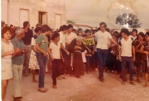Frei Damião cercado de fiéis durante missão pelo Nordeste