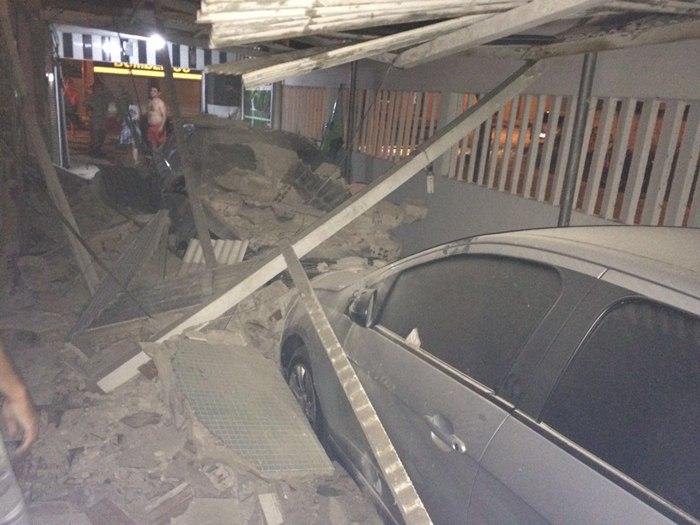 Parte da estrutura da casa ficou destruída e duas pessoas foram levadas para o hospital (foto: reprodução/WhatsApp)