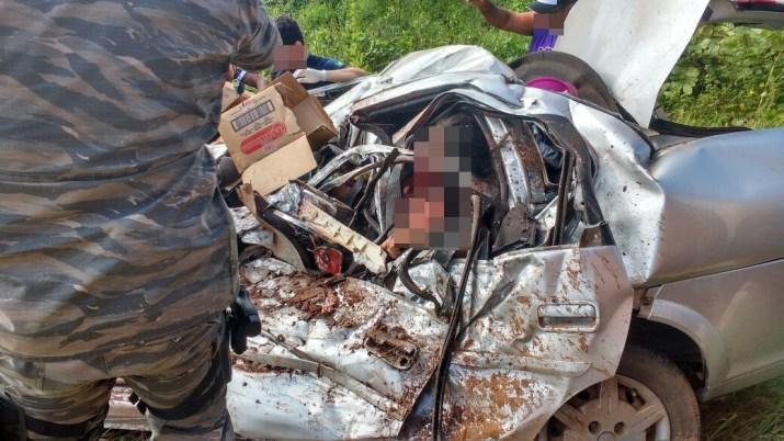 Após acidente, carro de passeio ficou completamente destruído (Foto: TV Mirante)