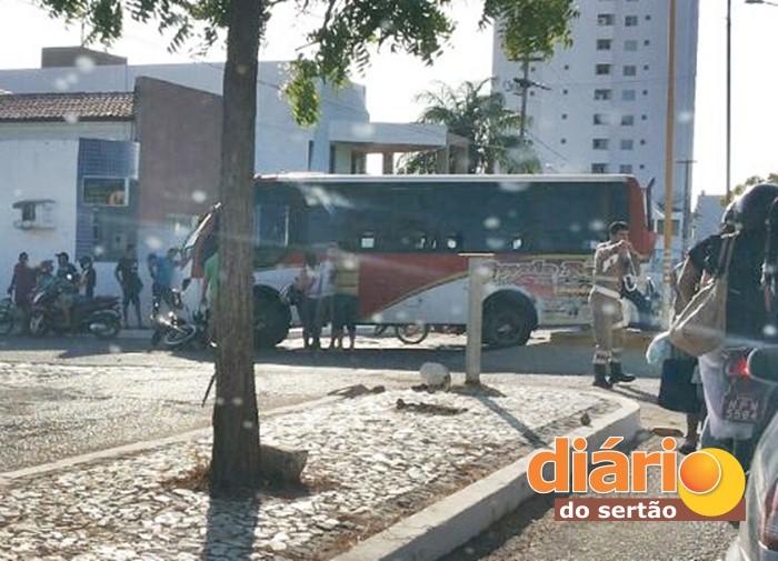 Acidente entre ônibus e moto no centro de Sousa (foto: reprodução/WhatsApp)