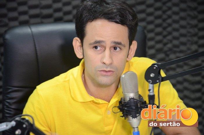 Médico Ataíde Gonçalves Diniz foi entrevistado na TV Diário do Sertão (foto: Charley Garrido)