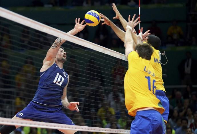 Wallace e Lucão bloqueiam ataque italiano (Foto: Dominic Ebenbichler/Reuters)