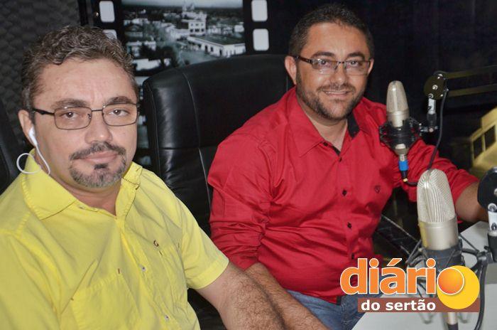 Radialista Levi Dantas entrevistou o candidato a prefeito de Santa Cruz, Paulo César (foto: Charley Garrido)