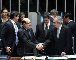 Deca (à esq.) é cumprimentado pelo senador Raimundo Lira (PSDB), também da Paraíba