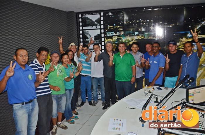 Aliados posaram para foto ao lado do candidato a prefeito pela oposição de Santa Cruz (foto: Charley Garrido)