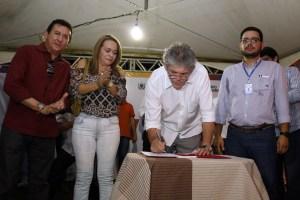 Ricardo assina ordem de serviçoo de adutora