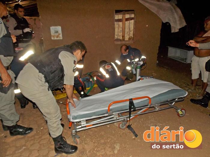 Vítima sendo socorrida pelo SAMU (foto: Diário do Sertão)