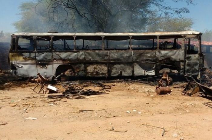 Um ônibus também foi atingido (Foto: Delegado Rone Feitosa/Arquivo Pessoal)