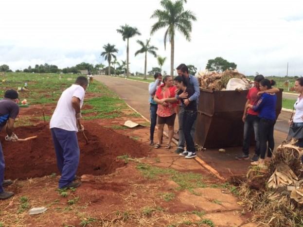 Corpo de idoso encontrado em poste é enterrado em Goiânia (Foto: Murillo Velasco/ G1)