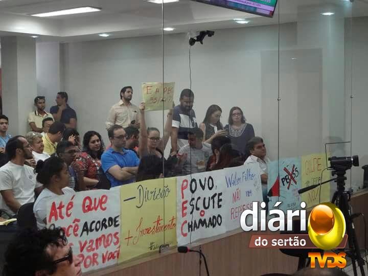 Estudantes em protesto na audiência pública em Sousa (Foto: Diário do Sertão)
