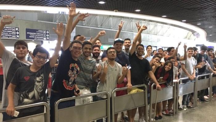 Fãs de todas as idades esperam chegada de INTZ e Pain Gaming (Foto: Thiago Correia)