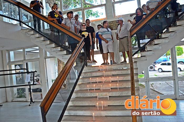 Servidores realizaram protesto na Prefeitura de Sousa (foto: Charley Garrido)