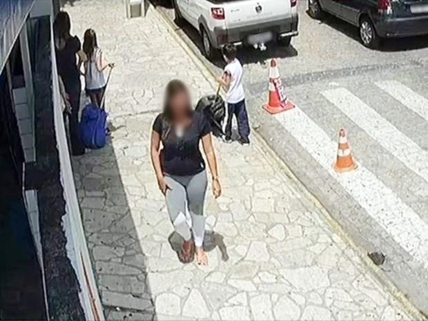 Suspeita foi flagrada por uma câmera de segurança caminhando com uma carteira furtada (Foto: Divulgação/Lucas Sá/Polícia Civil)