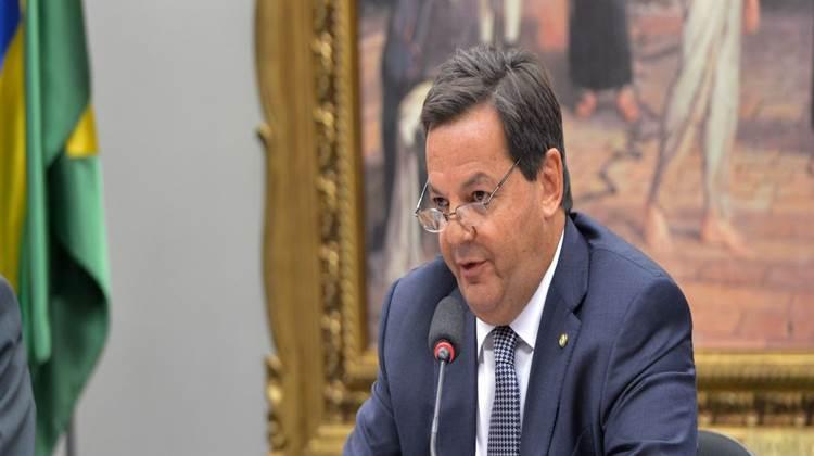 Relator lê parecer de denúncia contra Temer na CCJ da Câmara