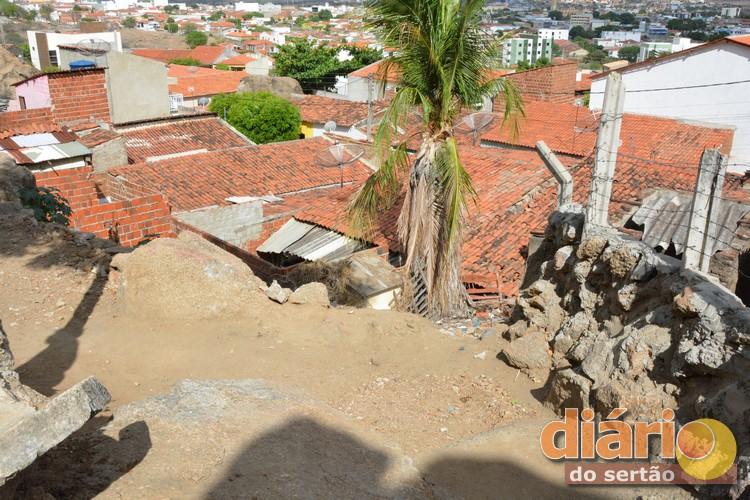 Jumento sobe em telhado e cai dentro de casa na Paraíba; assista