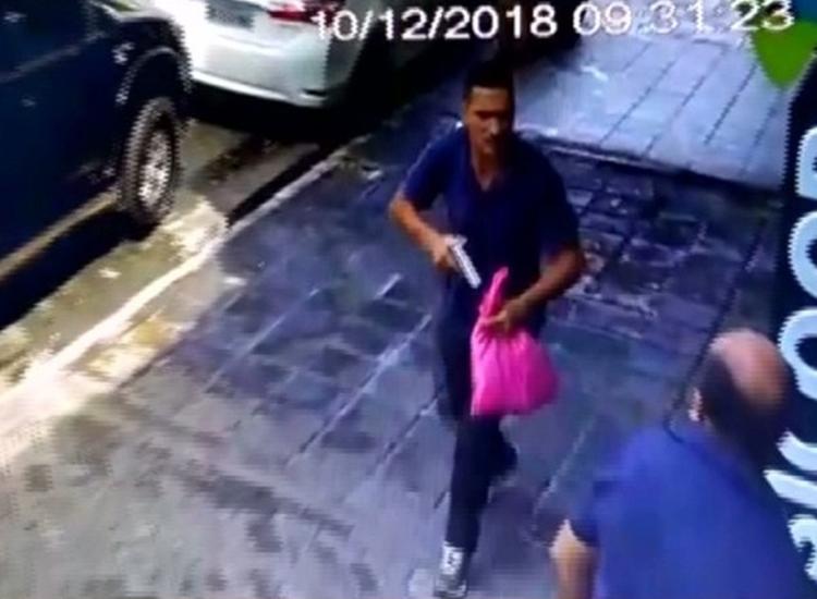Imagens de câmeras de segurança mostram assalto a comerciante em frente a banco na cidade de Patos