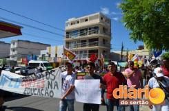 Estudantes vão as ruas contra cortes na educação em Patos