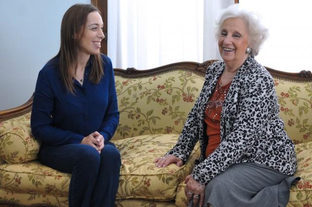 La gobernadora de la provincia de Buenos Aires, María Eugenia Vidal, junto a la presidenta de la Asociación Abuelas de Plaza de Mayo, Estela de Carlotto, en la Casa de Gobierno