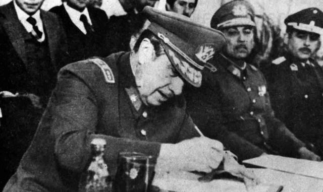 Pinochet firma el decreto que crea la Provincia de Cardenal Caro, en Pichilemu. Foto: El Mercurio.