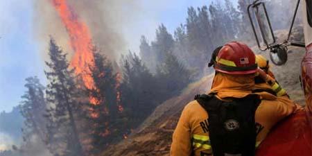 Mil bomberos combatían el jueves un incendio al este de Los Ángeles