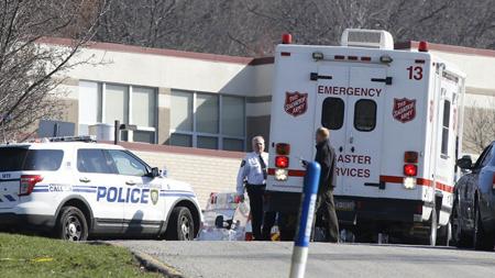 """Ambulancias y patrullas policiales rodearon el centro educativo donde se vivió una """"escena caótica"""" en Pittsburg"""