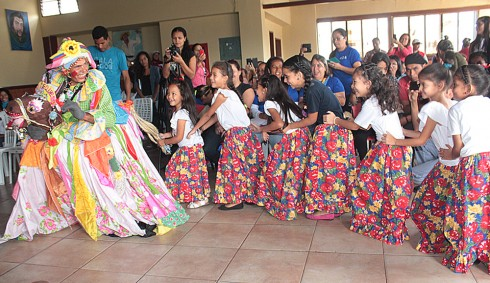 La Burriquita hizo bailar a los escolares