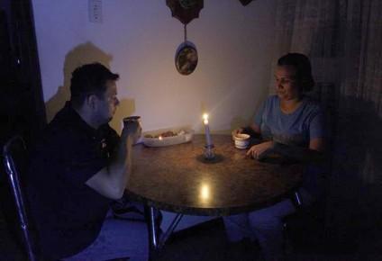 Velas y fósforos son los grandes aliados de las amas de casa en casos de bajones de luz.