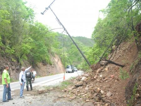 Colapso de postes y derrumbes en la vía expresa ponen en peligro la vida de miles de usuarios.
