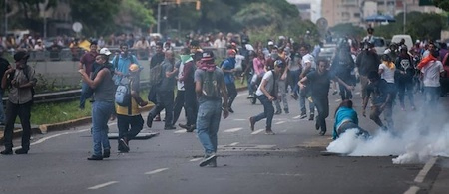 Bombas y gases enfrentaron los manifestantes en la ciudad de Caracas.