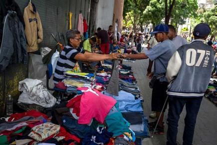 Los buhoneros ahora venden también artículos de vestir usados