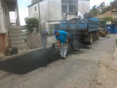 Continúan labores de asfaltado.
