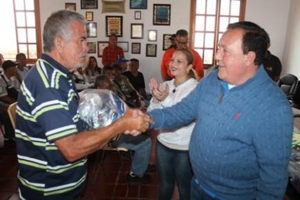 La primera dama acompañó al alcalde José Luis Rodríguez en la dotación de más de 100 uniformes a personal de aseo urbano municipal