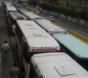 Con caravana recorrieron varios kilómetros de la Panamericana hasta llegar a la sede de Fontur donde fueron atendidos finalmente tras varias horas de espera.