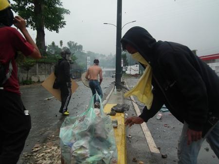 Jóvenes se defendieron con piedras y escudos de madera