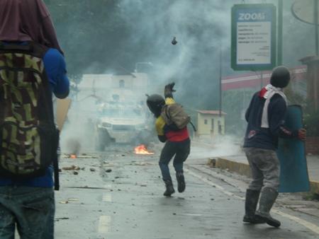 Los manifestantes devolvían a los GNB las bombas lacrimógenas