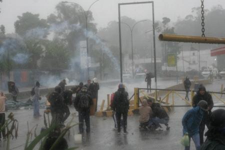 Ni la lluvia calmó el enfrentamiento entre manifestantes y funcionarios