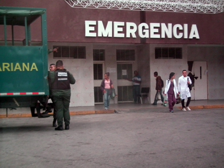 En horas de la tarde de este miércoles, una comisión de la GNB trasladó a uno de su detenidos en la sede de Intevep al hospital Victorino Santaella