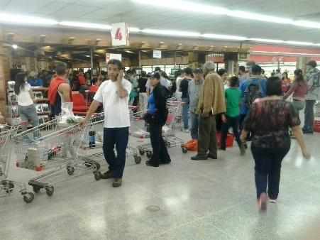 Por más de hora y media carrizaleños hicieron cola para adquirir productos alimenticios en los pocos locales que decidieorn trabajar este jueves