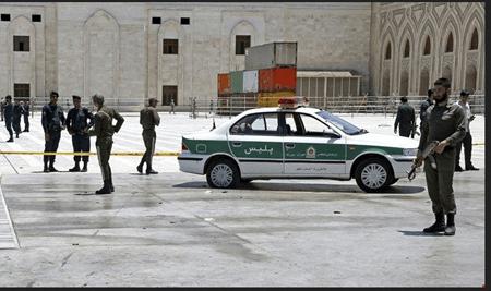 Funcionarios de seguridad en las afueras del mausoleo custodiando la zona tras el ataque islámico