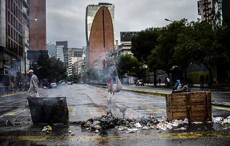 Desde primera hora, pequeños grupos de manifestantes colocaron cuerdas, piedras, troncos y basura en las calles