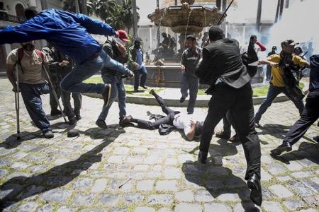 ambas naciones exhortan al gobierno del presidente Nicolás Maduro a poner fin a la violencia en contra de sus adversarios políticos.