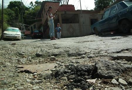 Vialidad en Ramo Verde está destrozada. Fotos: Irbel Useche