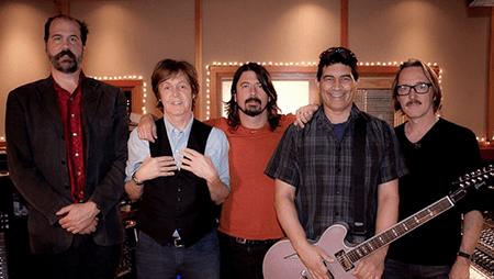 Paul McCartney aparece en los créditos de una de las canciones que forman parte de Concrete and Gold, donde el ex Beatle se luce tocando la batería.