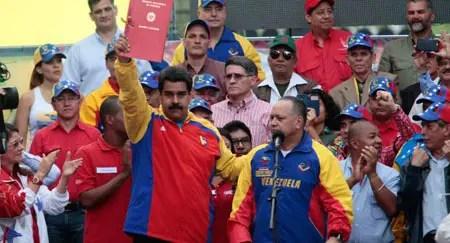 """""""Nosotros vamos cosechando victorias morales, políticas, diplomáticas, la gran movilización del pueblo es la primera"""", destacó el presidente Maduro, con la habilitante en mano. PRENSA PRESIDENCIAL"""